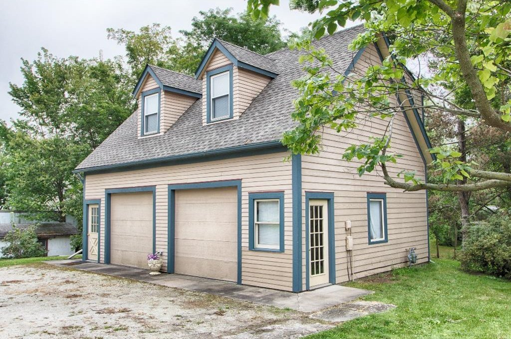 Queen anne in iowa for sale is the banta house for Garage with upstairs living quarters
