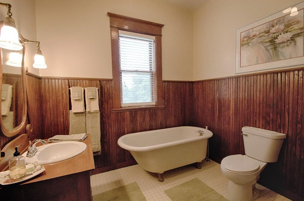 1897 Queen Anne in Osceola IA on the market - Bath with claw foot tub