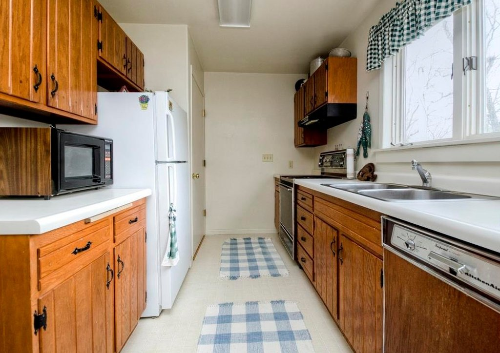 1897 Queen Anne in Osceola IA on the market - this is a 2nd kitchen in the Carriage House