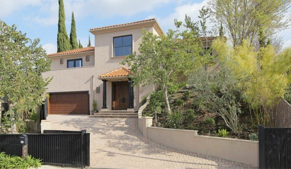 Front view Paula Abdul home