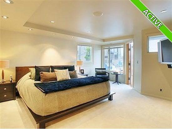 image of houseboat bedroom