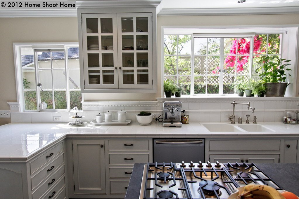 Pasadena colonial for Colonial kitchen cabinet ideas