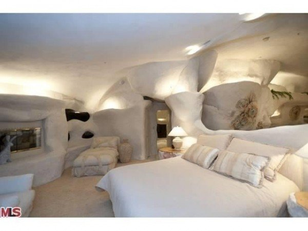 Unusual bedroom in Flintstone House