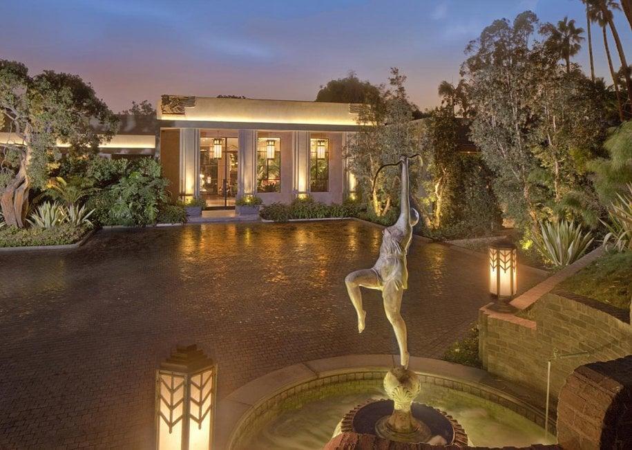 jeremy renner 39 s mansion is 25 million. Black Bedroom Furniture Sets. Home Design Ideas