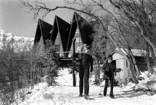 A-frame house and Robert Redford by photographer John Dominis