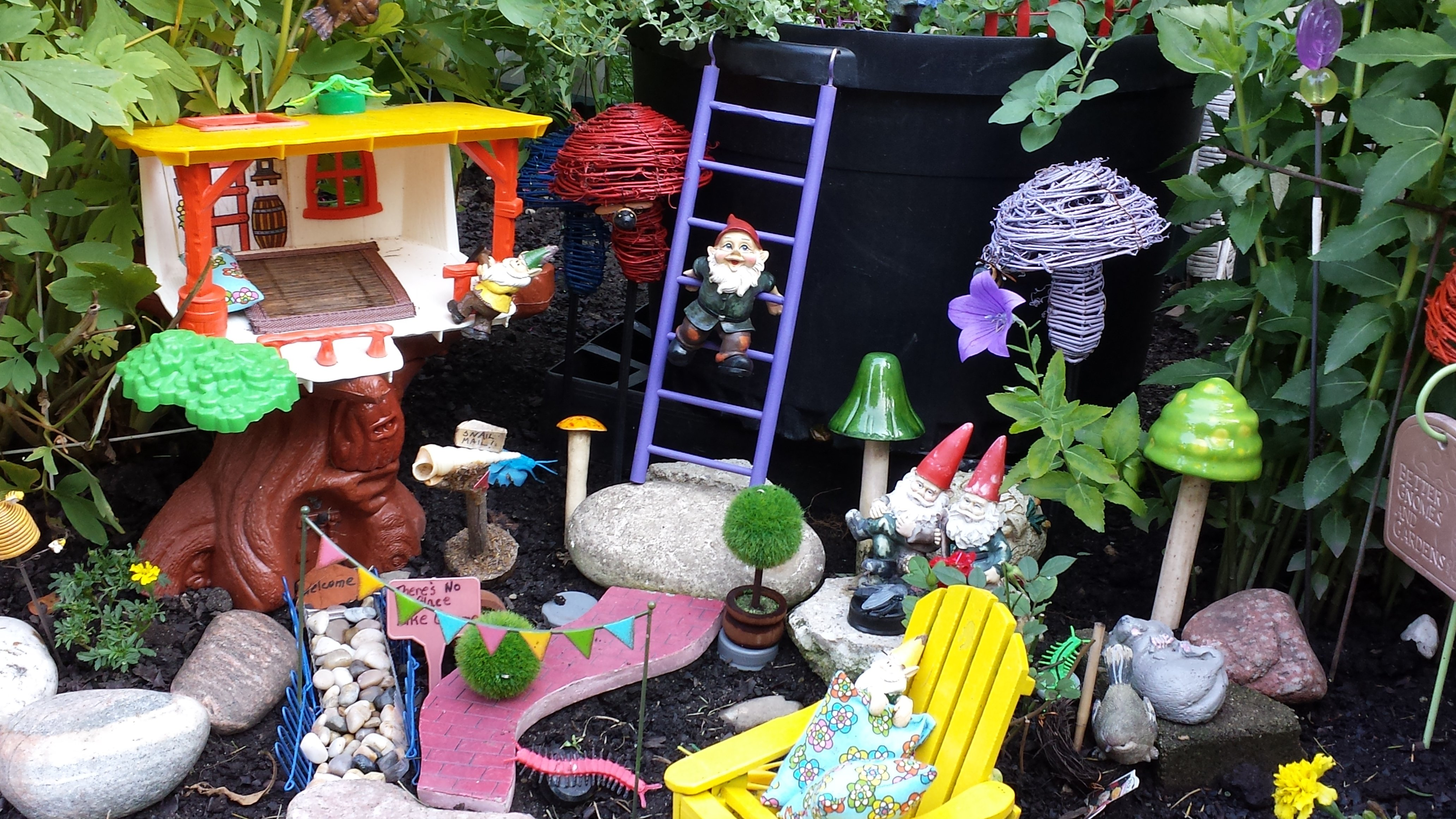 Gnome In Garden: Fairies And Gnomes Flower Garden Design