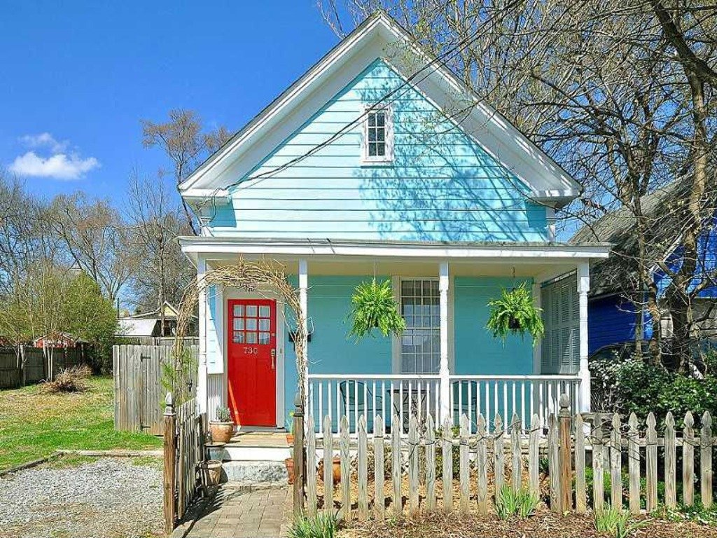 Charming Turquoise cottage with red door in Atlanta, GA