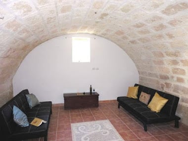 Lounge with barrel ceiling