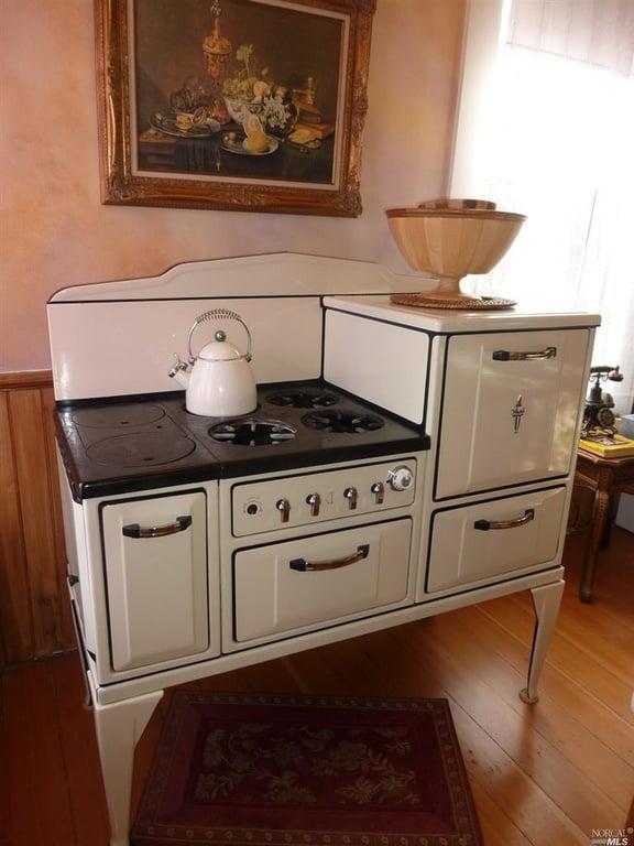 Refurbished stove 1526 3rd St Napa CA - Coldwell Banker