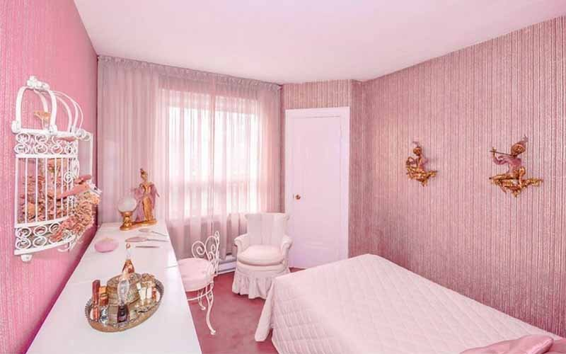 Bedroom in 1950s - 1960s pink decor