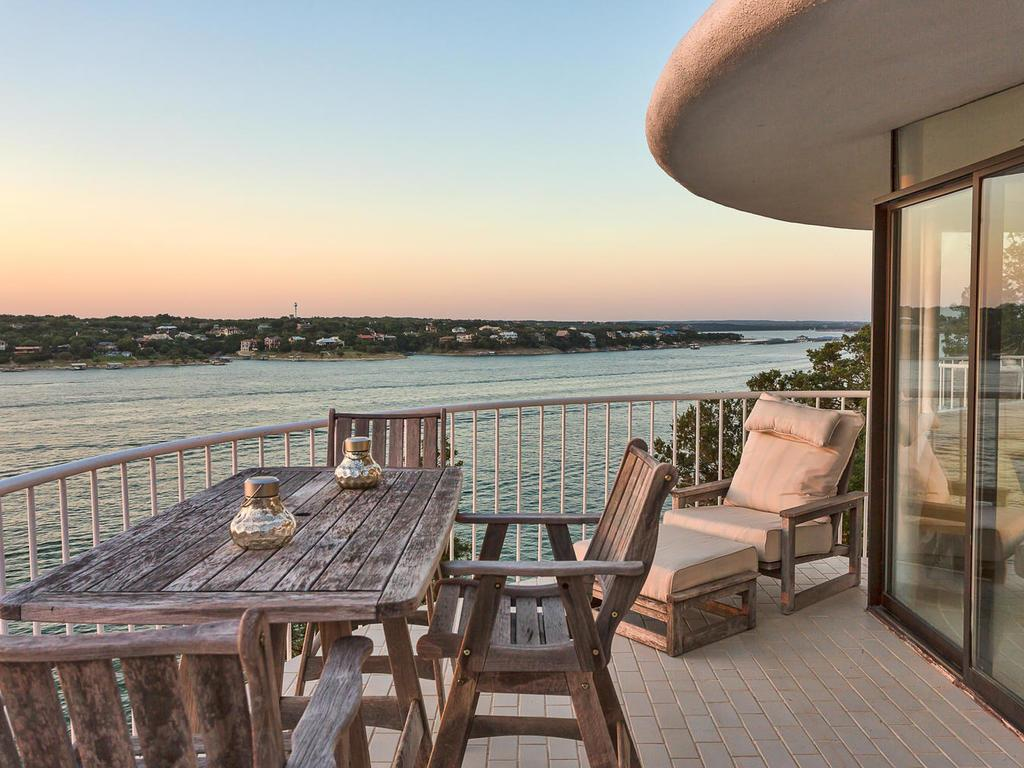 House shaped like a sand dollar in Lakeway Texas for sale - Deck