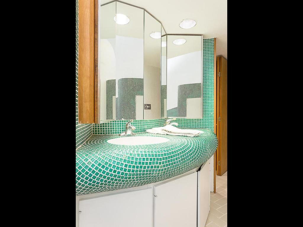 819 Mariner Lakeway Texas unique home for sale that looks like a sand dollar - bathroom