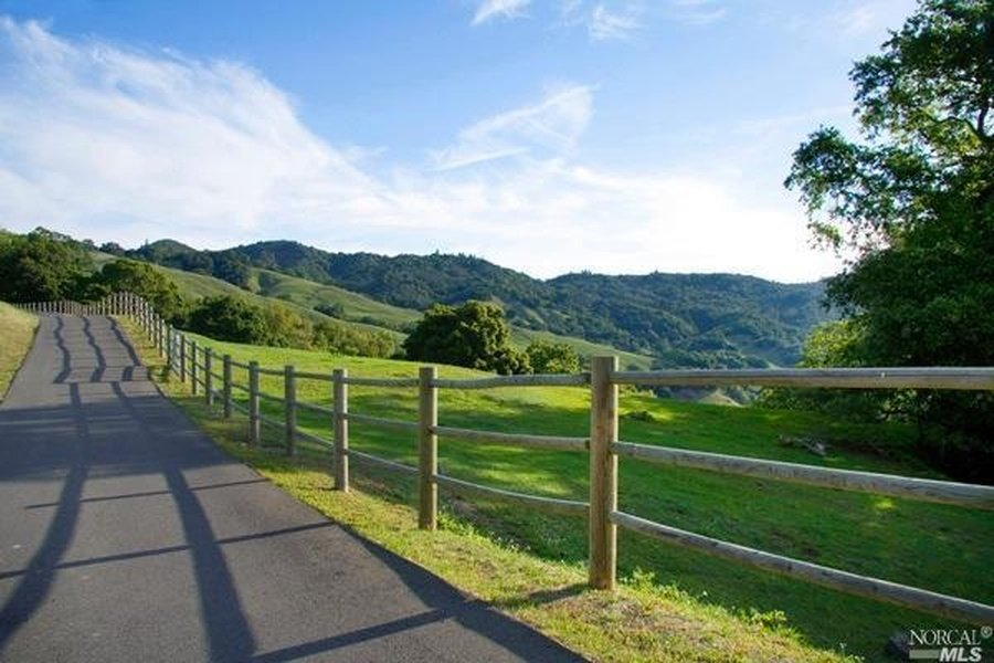 A country lane leading to Robin Williams private Napa Valley estate