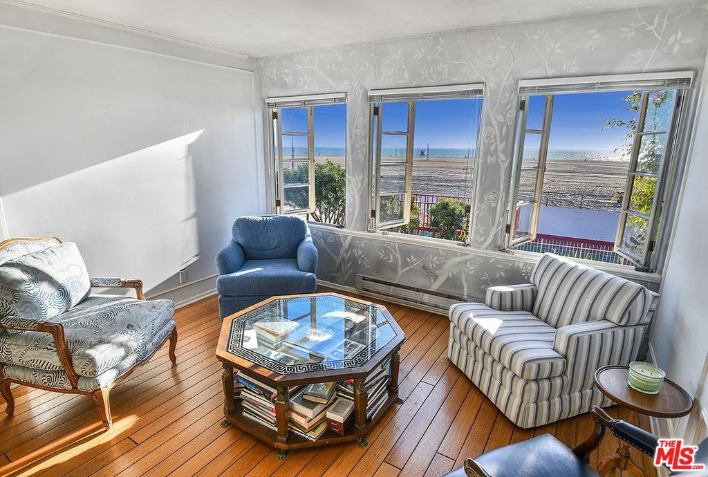 Cary Grant beach house in Santa Monica for sale - Bedroom sitting room