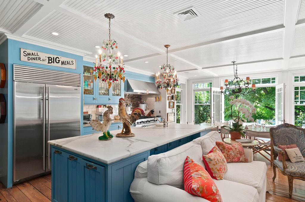 Christie Brinkley Selling Hamptons Tower Hill - Large Country Kitchen