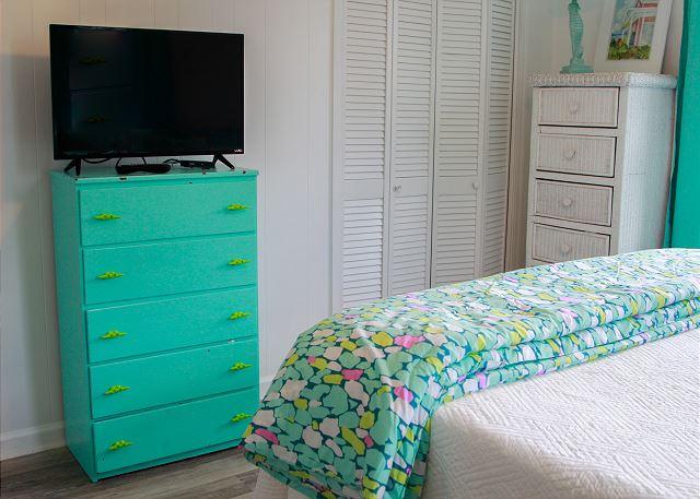 Coastal Joy Cottage Mermaid Cottages - Colorful Turquoise Bedroom