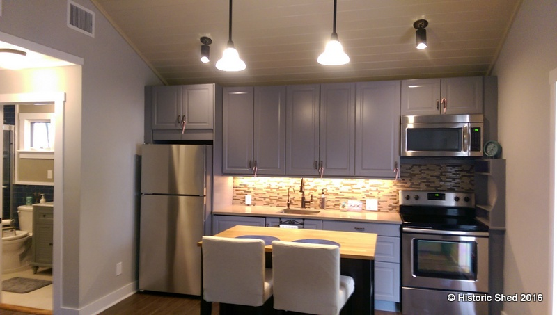 Cottage kitchen with island - Tangerine Carriage House