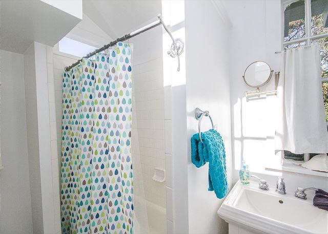 Full bathroom for Old Love Cottage.