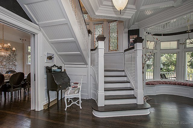 Historical Queen Anne home in Glen Ellyn IL for sale. This shows the first floor turret and bench