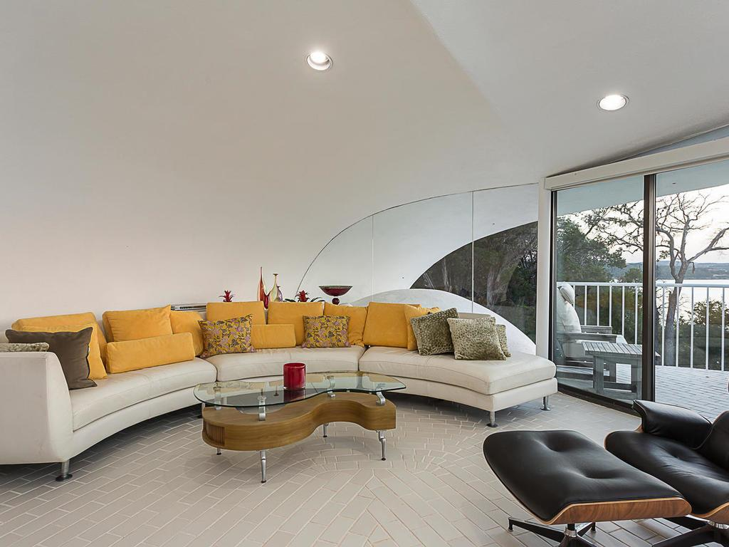 House shaped like a sand dollar for sale in Lakeway Texas - living room