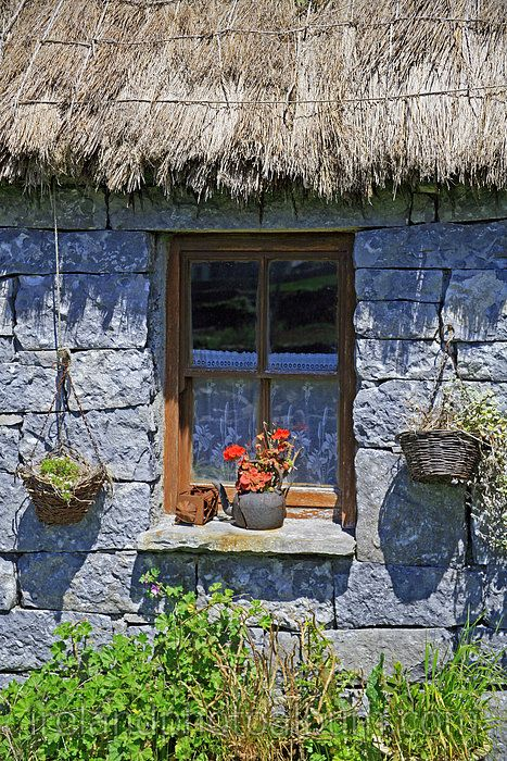 irish-thatched-roof-cottage
