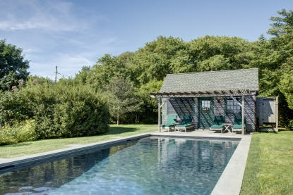Julianne Moore Listing her Adorable Montauk Cottage and it has this pool and pool cabana house 11874