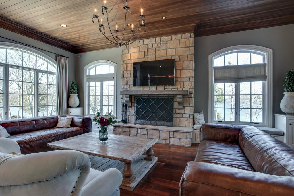 Cozy family room - Kelly Clarkson mansion for sale in Tennessee