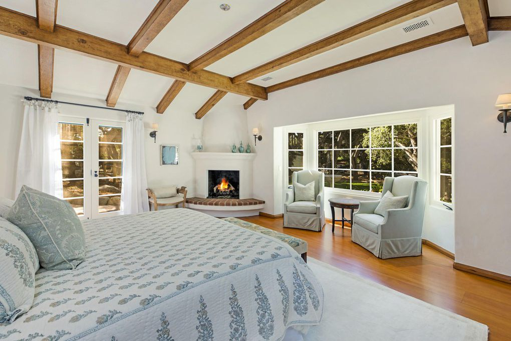 Bedroom with cathedral ceiling - Jeff Bridges home for sale
