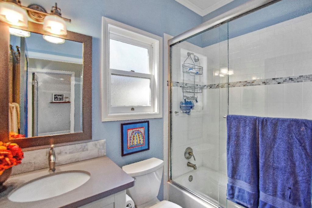 Perfect Tiny coastal cottage in Pacific Grove CA for sale - Bathroom