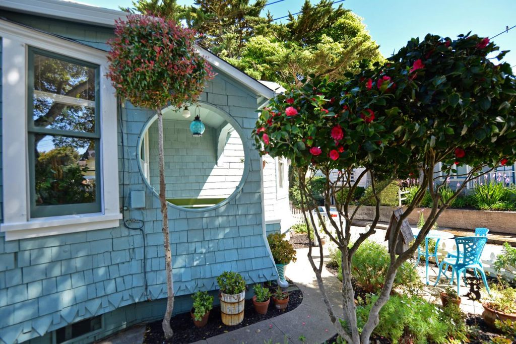 Perfect Tiny coastal cottage in Pacific Grove CA for sale is completly remodeled but kept historical exterior details