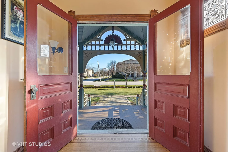 A Queen Anne house in Wheaton IL on the market - entrance