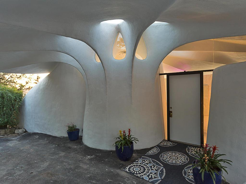 Sand dollar shaped house in Lakeway Texas for sale