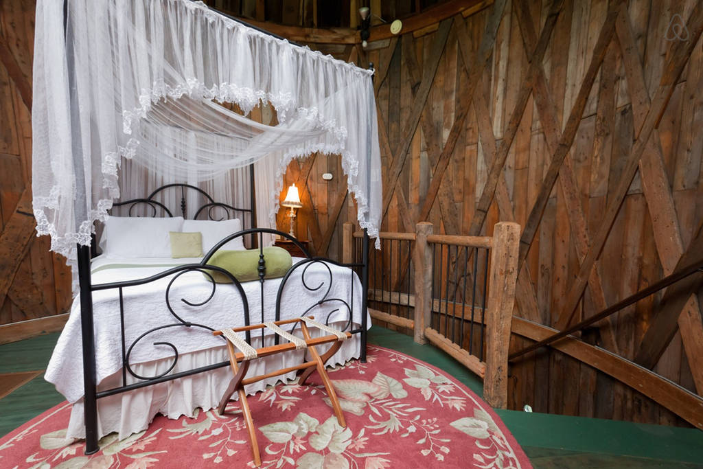 Whie Canopy Bed in Studio Silo