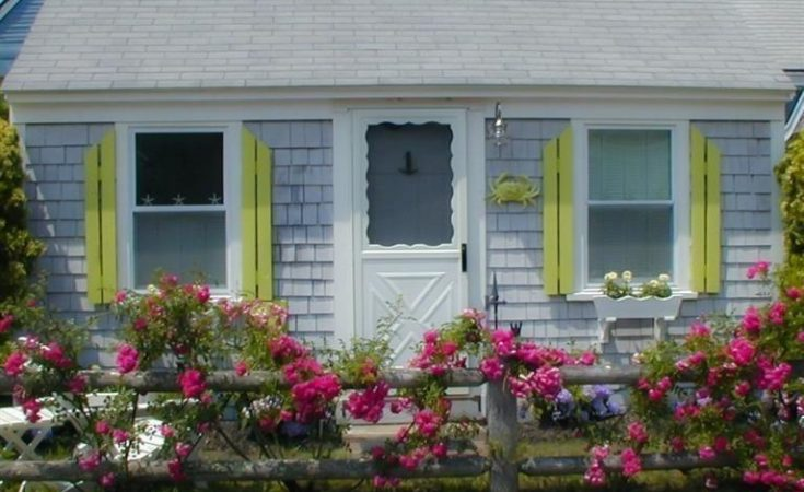 tiny cottage in Yarmouth Ma is a cape cod cutie