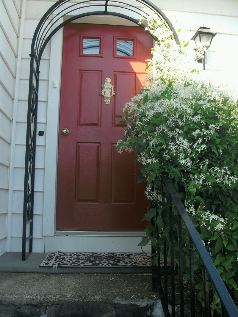 The most cozy cute cottage front door in bloom